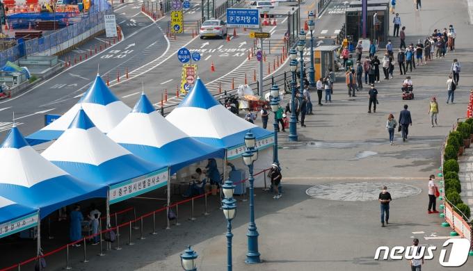 14일 서울역에 마련된 중구 임시 선별검사소에서 시민들이 코로나19 검사를 받기 위해 줄 서 있다. 2021.6.14/뉴스1 © News1 안은나 기자