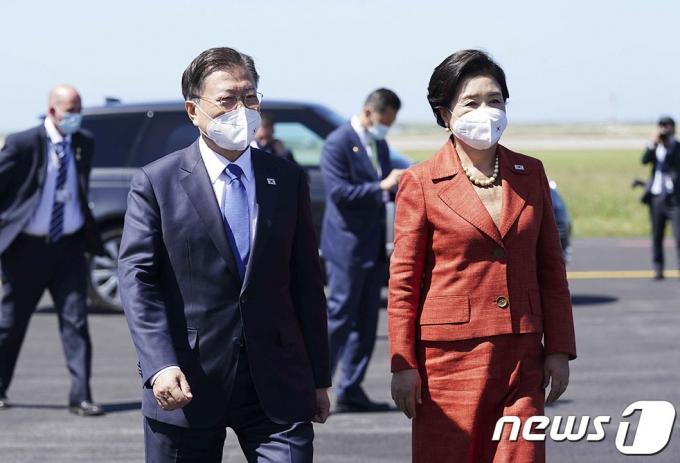 주요 7개국(G7) 정상회의 일정을 마무리한 문재인 대통령과 부인 김정숙 여사가 13일(현지시간) 영국 콘월 뉴키 국제공항에서 공군 1호기로 향하고 있다.(청와대 제공) 2021.6.14/뉴스1