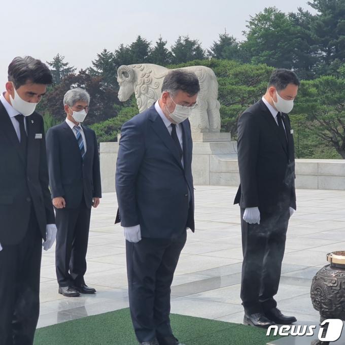 대전현충탑 참배하는 송기춘 위원장의 모습(위원회 제공)© 뉴스1