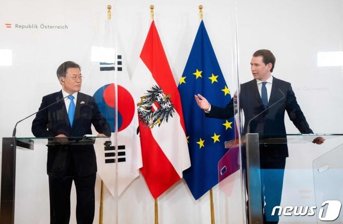 오스트리아를 국빈방문 중인 문재인 대통령이 14일(현지시간) 빈 총리실에서 제바스티안 쿠르츠 총리와 확대회담을 마친 뒤 공동기자회견을 하고 있다. 2021.6.14 © AFP=뉴스1