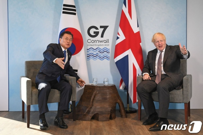 G7 정상회의 참석차 영국을 방문 중인 문재인 대통령이 13일(현지시간) 영국 콘월 카비스베이에서 보리스 존슨 영국 총리와 양자회담을 갖고 있다. 2021.6.13/뉴스1 © AFP=뉴스1