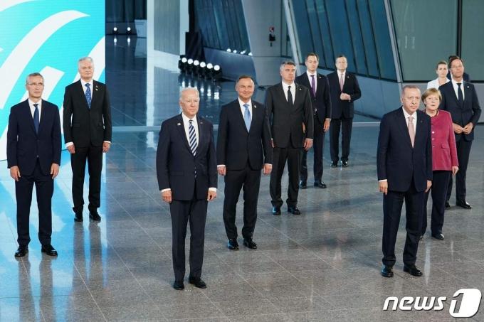 북대서양조약기구(나토) 회원국 정상들이 14일 벨기에 브뤼셀에서 열린 정상회의에서 단체 사진을 촬영하고 있다. © AFP=뉴스1