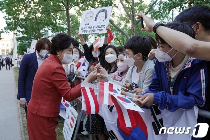 김정숙 여사가 13일 오후(현지시간) 비엔나 숙소 앞에서 교민들과 인사하고 있다. (청와대 제공) 2021.6.14/뉴스1