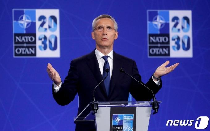 옌스 스톨텐베르그 나토 사무총장이 14일 정상회의 후 기자회견을 하고 있다. © AFP=뉴스1