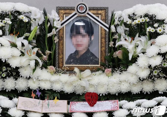 11일 오전 경기도 성남시 소재 국군수도병원 장례식장에 마련된 고(故) 이모 공군 중사 분향소에 어머니의 편지가 놓여 있다. 2021.6.11/뉴스1 © News1 박세연 기자