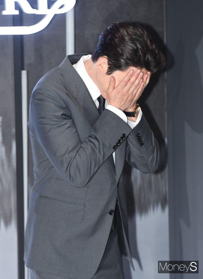 [머니S포토] 하트 포즈 요청에 부끄러워 하는 김우빈
