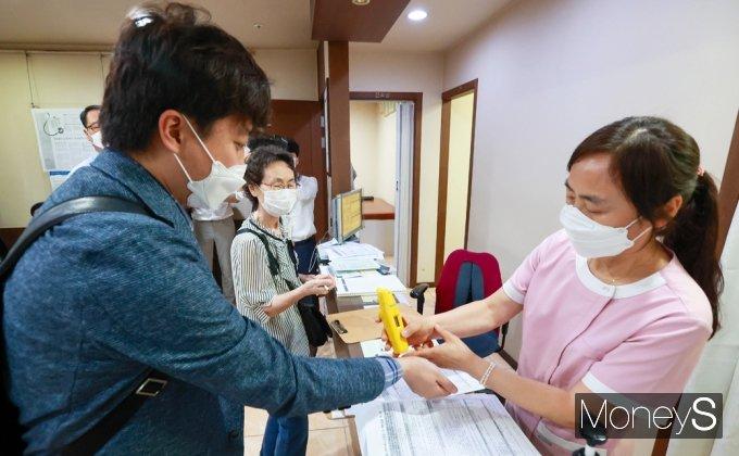 [머니S포토] 백신접종 앞서 체온측정하는 이준석 국힘 대표
