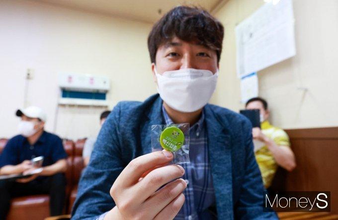 [머니S포토] 코로나19 백신 인증 배지받은 이준석 국힘 대표