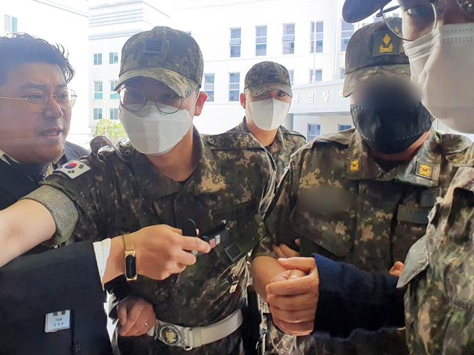 국방부가 공군 부사관 사건과 관련해 지휘부를 모두 조사하고 있다고 15일 밝혔다. 사진은 2차 가해 혐의를 받고 있는 노모 준위가 지난 12일 구속 영장실질심사에 출석하는 모습. /사진=뉴스1