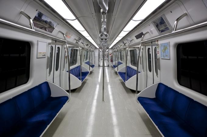 최근 한 온라인 커뮤니티에는 지하철에서 자신의 아이가 놀이기구를 타는 듯한 행동을 방치한 한 엄마의 모습이 공개돼 논란이 됐다. 해당 사진은 기사와 무관한 전동차 내부 모습. /사진=이미지투데이
