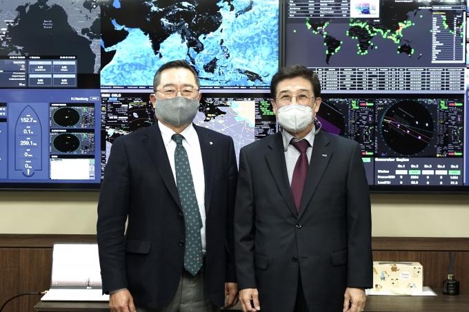 구자열 한국무역협회 회장(왼쪽)은 15일 오후 서울 종로구에 소재 HMM 본사를 방문해 배재훈 HMM 사장(오른쪽)에게 최근 물류대란으로 어려움을 겪고 있는 수출 중소기업에 대한 지속적인 관심과 지원 확대를 요청했다. /사진=한국무역협회