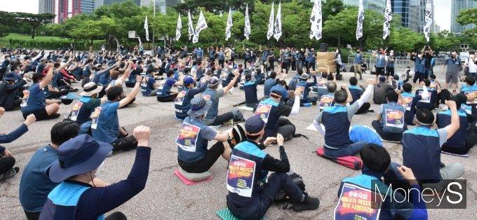 [머니S포토] 경찰 엄정대응 경고 속 투쟁구호 이어가는 '택배노조'