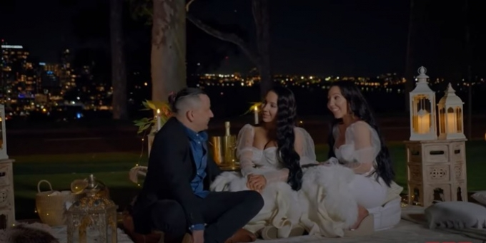 영국 매체는 지난 12일(현지시각) 한 남자와 약혼한 일란성 쌍둥이 자매의 사연을 전했다. 사진은 벤(왼쪽)과 쌍둥이 자매의 모습. /사진=유튜브 TLC 캡처