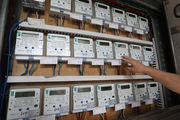 서울의 한 다세대주택에서 입주민이 전기 계량기를 살펴보고 있다. /사진=뉴스1