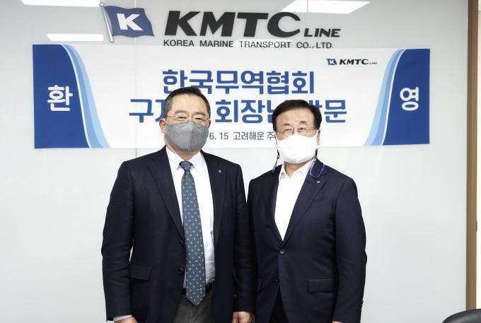 구자열 한국무역협회 회장(왼쪽)이 지난 15일 오후 박정석 고려해운 회장(오른쪽)과 만나 최근 물류대란으로 어려움을 겪고 있는 수출 중소기업에 대한 지속적인 관심과 지원 확대를 요청했다. /사진=한국무역협회