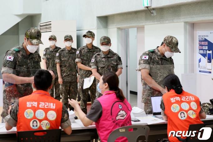 지난 7일 경기도 성남 소재 국군수도병원 코로나19 예방접종센터에서 30세 미만 장병들에 대한 백신 접종 신청 접수가 이뤄지고 있다. (국방일보 제공) 2021.6.7/뉴스1