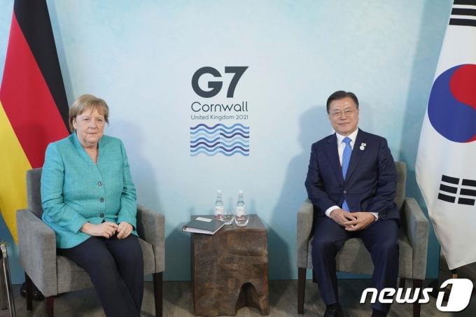 G7정상회의 참석차 영국을 방문중인 문재인 대통령이 12일(현지시간) 영국 콘월 카비스베이 양자회담장에서 열린 앙겔라 메르켈 독일 총리와의 양자회담에 앞서 기념촬영을 하고 있다.(청와대 제공)2021.6.13/뉴스1