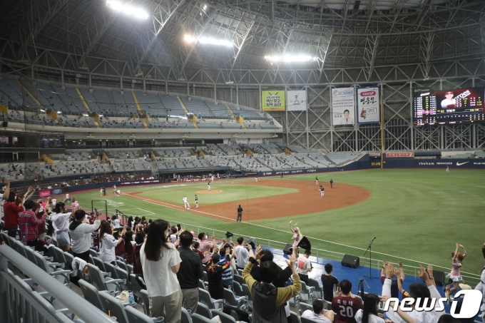 [사진] '야구장에도 서서히 회복되는 일상'