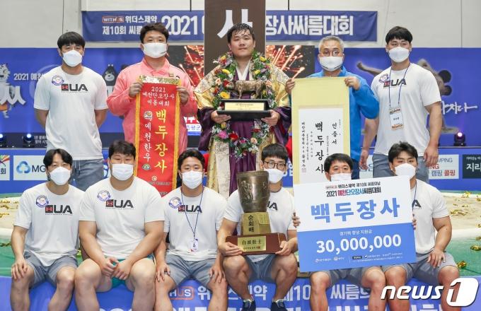 [사진] '백두장사' 김진, 팀원들과 함께