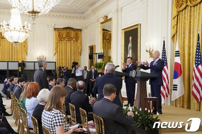 문재인 대통령과 조 바이든 미국 대통령이 21일 오후(현지시간) 한미정상회담 뒤 백악관 이스트룸에서 공동 기자회견을 하던 중 성김 대북특별대표 임명 사실을 알리며 박수치고 있다.(청와대 제공) 2021.5.22/뉴스1