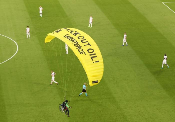 16일(한국시각) 프랑스와 독일의 유로 2020 경기 직전 노란색 낙하산을 타고 시위를 하던 그린피스 활동가가 경기장 안으로 착륙했다. /사진=로이터