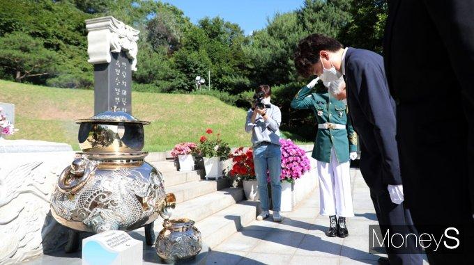 [머니S포토] 박정희 대통령 묘역 참배하는 국민의힘 '이준석'