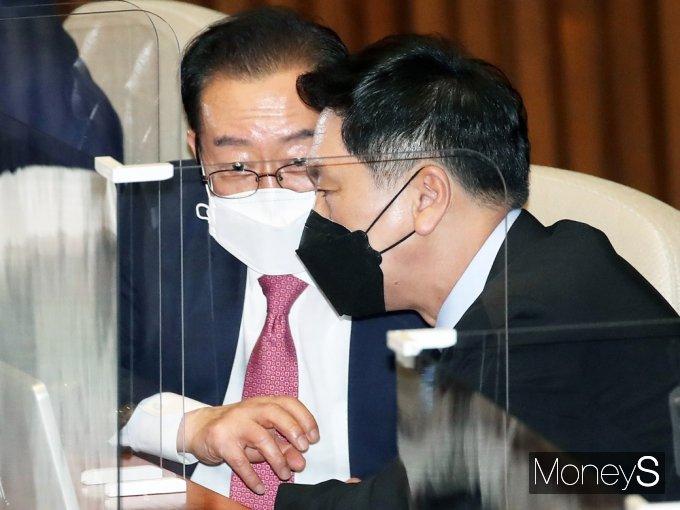[머니S포토] 與 교섭단체 대표연설,  의견 나누는 野 김기현·이종배