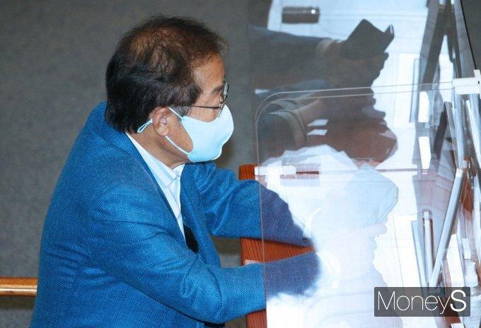 [머니S포토] 與 교섭단체 연설 국회 본회의 참석한 무소속 '홍준표'