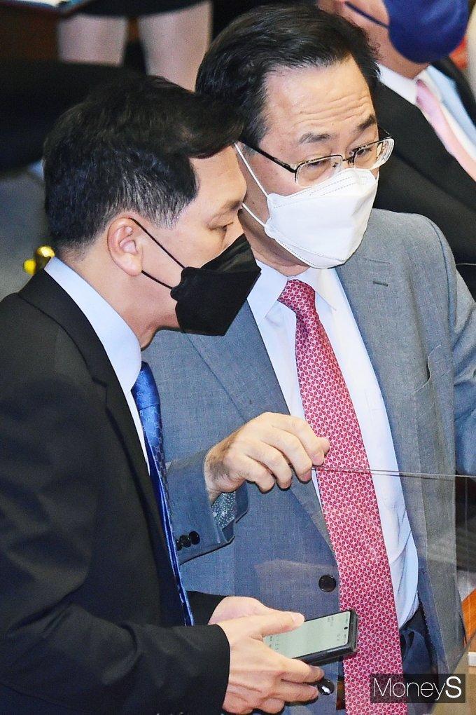 [머니S포토] 국회 본회의, 대화 나누는 김기현-주호영