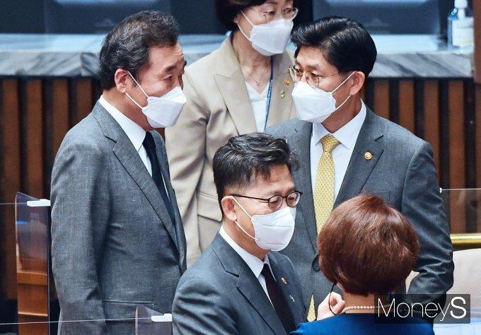 [머니S포토] 與 교섭단체 대표연설, 대화 나누는 이낙연·노형욱