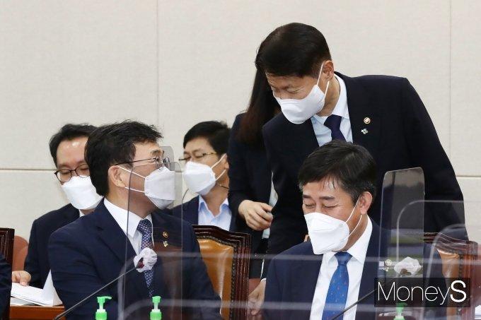 [머니S포토] 김강립 식약처장과 대화하는 권덕철 장관