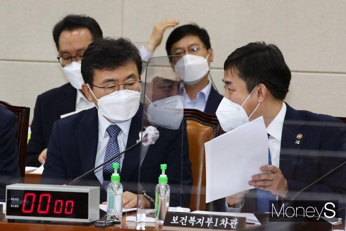 [머니S포토] 논의하는 권덕철 장관과 양성일 차관