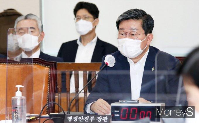 [머니S포토] 대체공휴일 법제화 공청회, 답변하는 전해철 장관