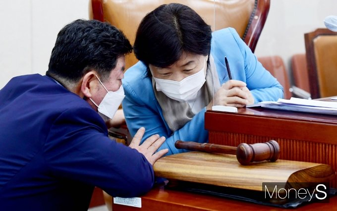 [머니S포토] 대체공휴일 공청회, 의견 나누는 서영교·박재호