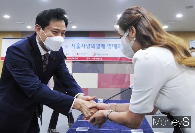 [머니S포토] 현영과 인사하는 오세훈 서울시장