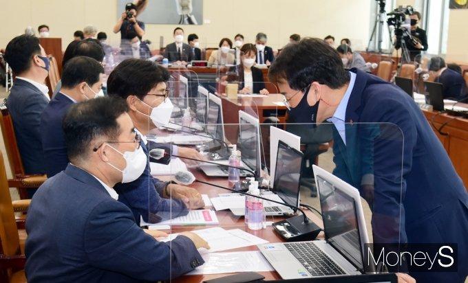 [머니S포토] 국회 과방위, 의견 나누는 이원욱-박성중