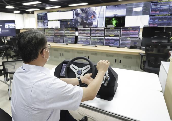 경기도 과천의 KT 네트워크관제센터에서 KT 직원이 포항운하를 자율운항하고 있는 선박을 원격으로 실시간 관제하고 있는 모습. /사진제공=KT