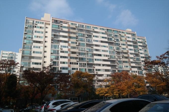 올해로 36년차를 맞은 서울 강동구 명일동 고덕주공9단지(1320가구)가 재건축 안전진단 문턱을 넘지 못했다. /사진=네이버부동산