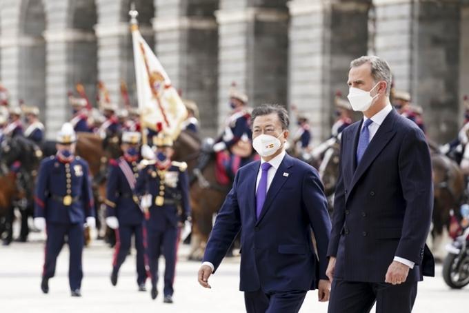 지난 15일(이하 현지시각) 스페인 국빈 방문 일정을 시작한 문재인 대통령이 2박3일의 일정을 마치고 17일 귀국길에 오른다. 사진은 문 대통령(왼쪽)이 지난 15일 스페인 마드리드왕궁에서 펠리페 6세 스페인 국왕과 함께 의장대 사열을 받고 있는 모습. /사진=로이터