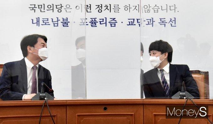 """[머니S포토] 이준석·안철수 """"합당엔 한목소리…새 당명은 이견"""""""