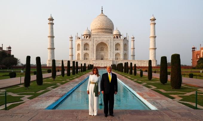 로이터통신에 따르면 인도 정부는 16일(이하 현지시각)부터 국민들에게 타지마할을 재개방한다. 사진은 지난해 02월24일 도널드 트럼프 전 미국 대통령 부부가 타지마할을 방문한 모습. /사진=로이터