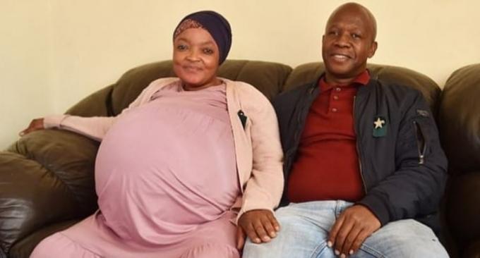 지난 15일(이하 현지시각) 영국 데일리메일에 따르면 남아프리카 공화국에서 열 쌍둥이를 낳았던 고시아메 타마라 시톨레의 출산이 거짓이라는 의혹이 제기됐다. 사진은 시톨레(왼쪽)와 그녀의 남자친구 테보고 쵸테시의 모습. /사진=트위터