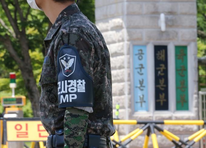 16일 국방부가 군 검찰이 공군 부사관 사건과 관련해 공군본부 법무실을 압수수색했다고 밝혔다. 사진은 충남 계룡대 정문에 위치한 공군본부 현판. /사진=뉴스1