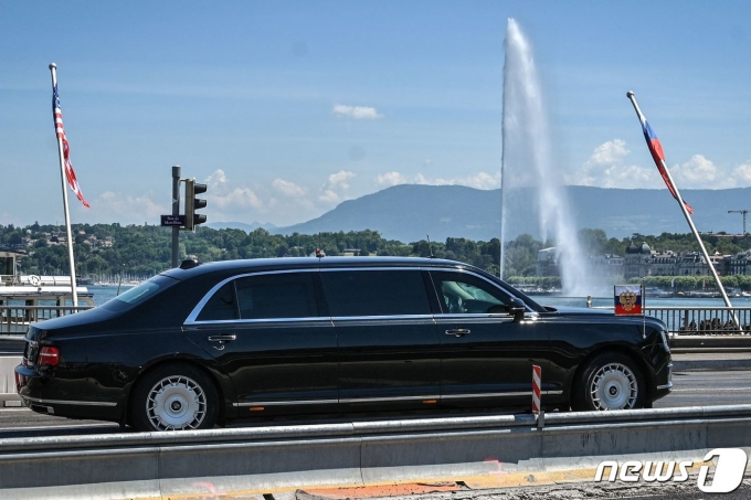 블라디미르 푸틴 러시아 대통령이 16일(현지시간) 조 바이든 미국 대통령과 첫 정상회담이 열리는 '빌라 라 그렁주'로 차량을 타고 가고 있다. © AFP=뉴스1 © News1 우동명 기자