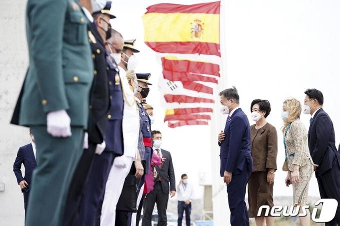 스페인을 국빈 방문한 문재인 대통령과 부인 김정숙 여사가 15일(현지시간) 스페인 마드리드 바라하스 국제공항에 도착해 환영인사들과 인사하고 있다. (청와대 제공) 2021.6.16/뉴스1