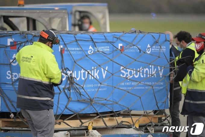 8일 (현지시간) 아르헨티나 부에노스아이레스의 에세이사국제공항에서 러시아산 스푸트니크V 코로나19 백신이 하역되고 있다. © AFP=뉴스1 © News1 우동명 기자