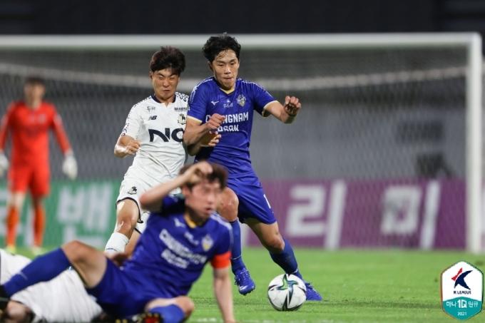 충남아산과 서울 이랜드는 16일 가진 하나원큐 K리그2 11라운드에서 0-0으로 비겼다.(한국프로축구연맹 제공) © 뉴스1