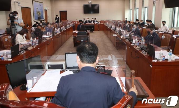송갑석 산업자원중소벤처기업위원회 위원장이 8일 오후 서울 여의도 국회에서 열린 중소벤처기업 소위원회에서 개의 선언을 하고 있다. 이날 소위원회에서는 소상공인 보호 및 지원에 관한 법률 일부개정법률안 등 관련 논의가 이루어진다. 2021.6.8/뉴스1 © News1 구윤성 기자