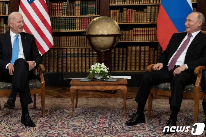 조 바이든 미국 대통령과 블라디미르 푸틴 러시아 대통령이 16일(현지시간) 스위스 제네바의 '빌라 라 그렁주'에서 열린 정상회담에 앞서 포즈를 취하고 있다. © AFP=뉴스1 © News1 우동명 기자