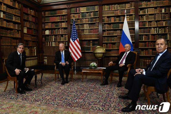 조 바이든 미국 대통령과 토니 블링컨 국무장관, 블라디미르 푸틴 러시아 대통령과 세르게이 라브로프 외무장관이 16일(현지시간) 스위스 제네바의 '빌라 라 그렁주'에서 첫 정상회담에 앞서 포즈를 취하고 있다. © AFP=뉴스1 © News1 우동명 기자